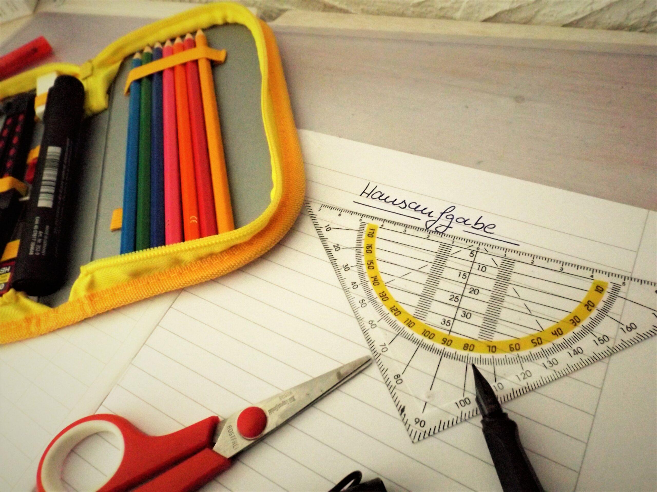 Stifte und ein Hausaufgabenheft