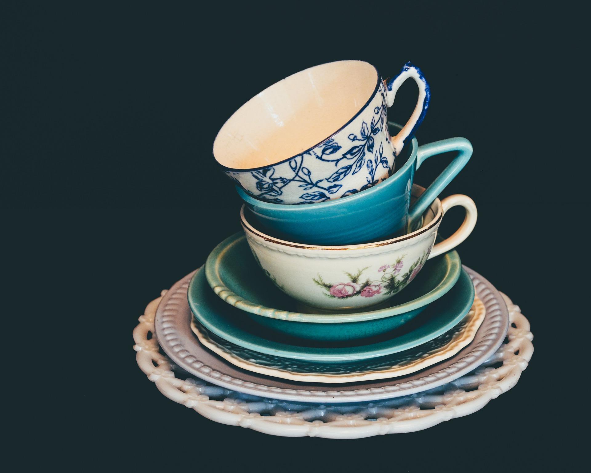 Ein bunter Stapel eleganter Teetassen.